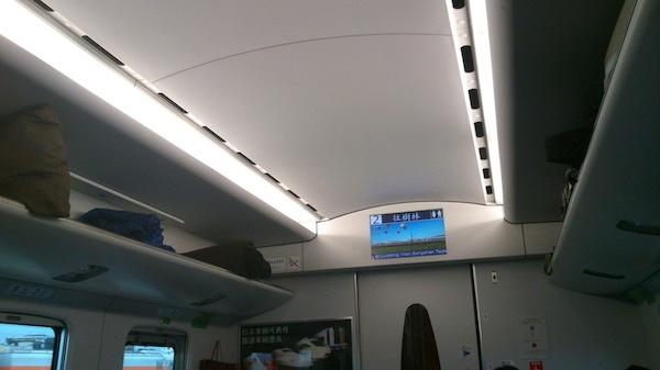 車廂門上方有 LCD,顯示各地天氣、接近情報、廁所使用狀態、開門方向、轉乘資訊