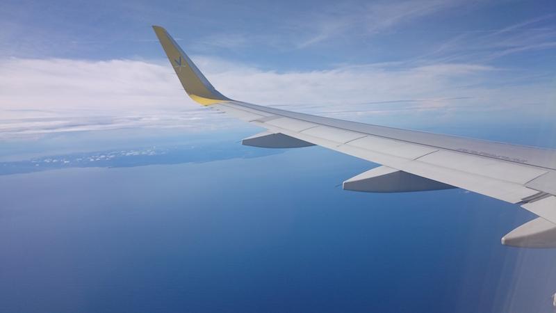 班機接近日本列島,海在陽光照射下顯得湛藍炫目。