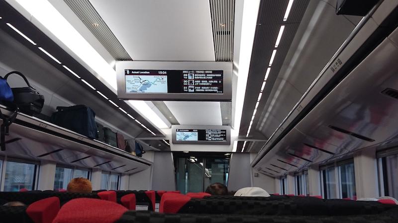 抬頭大型液晶清楚顯示行駛路線、列車所在位置和今日新聞。