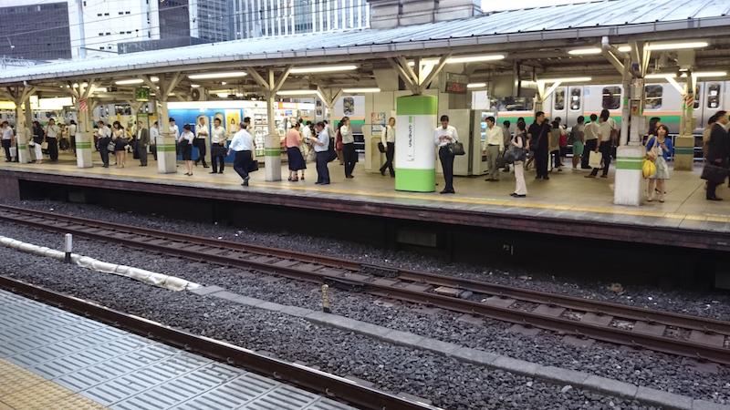 下班時間的東京車站一瞥,清一色白襯衫西裝褲。
