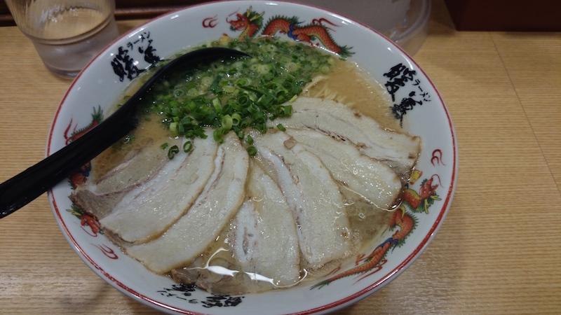 暖暮的叉燒拉麵 (900 yen)。日本的蔥味道較淡所以會吃。